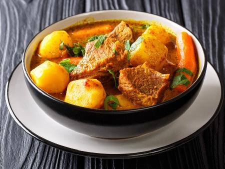 Агнешка яхния с пресни картофи и моркови - снимка на рецептата